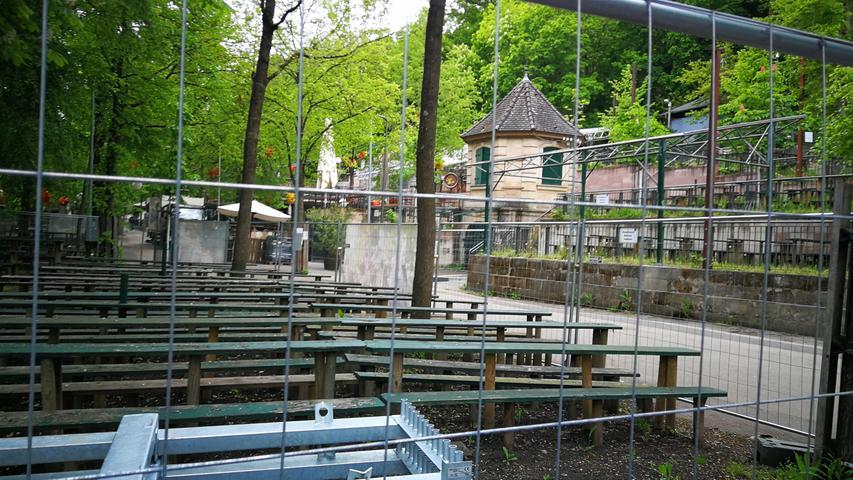 Wie im Vorjahr ist auch 2021 das Berggelände jenseits des erlaubten Biergartenbetriebs am Entlas-Keller mit Bauzäunen abgesperrt.