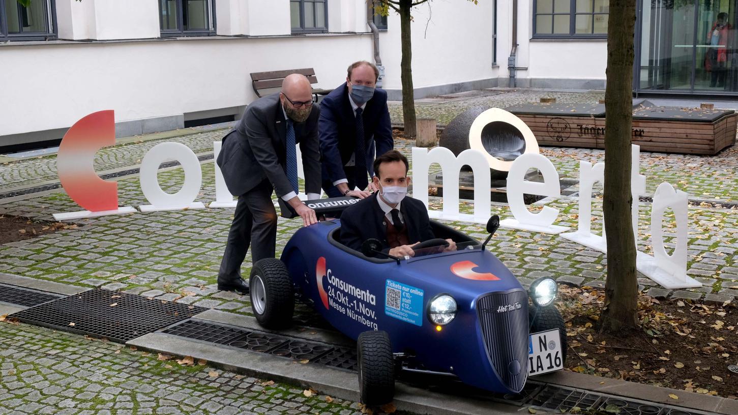 Da waren die AFAG-Geschäftsführer Thilo Könicke (links) und Henning Könicke sowie Projektleiter Maik Heißer (im Auto) noch zuversichtlich, dass die Consumenta 2020 stattfinden kann. Das klappte nicht. 2021 aber soll es wieder losgehen.