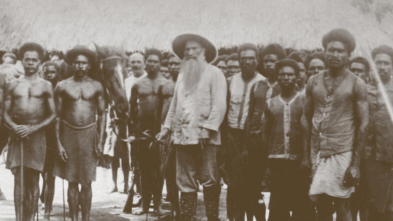 Er war der Pionier unter den Missionaren aus Neuendettelsau: Johann Flierl mit Dorfbewohnern im damaligen deutschen Südsee-Protektorat Kaiser-Wilhelm-Land.