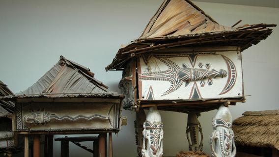 Zwei von vielen Sammelstücken in Neuendettelsau: Modelle von Papua-Häusern.