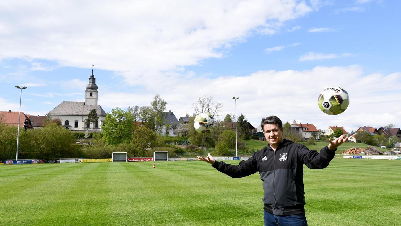 Künftig kann der Kirchahorner SV-Vorsitzende Hans Michael Herzing wieder unter einer perfekten Flutlichtanlage die Bälle jonglieren. Beide Sportplätze wurden mit LED-Leuchten ausgestattet.