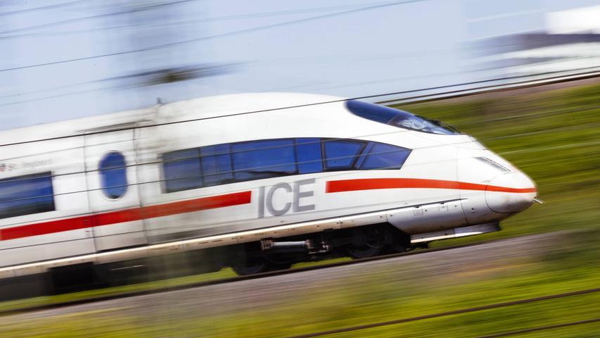 374 Meter lang, 918 Sitzplätze, 13 Waggons: Die Deutsche Bahn setzt ab Juni auf extra lange ICEs.Der erste von ihnen fährt am13. Juni 2021vonHamburg in die Schweiz, allerdings ist das zunächst eine Ausnahme. Regelmäßig werdenXXL-ICEs erst ab September verkehren, auch in Bayern auf der Strecke von Nordrhein-Westfalen nach München.