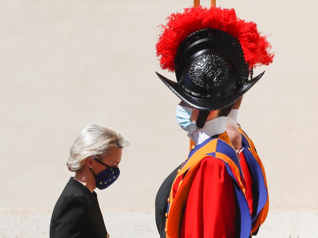 22.05.2021, Vatikan, Vatikanstadt: Ursula von der Leyen, Präsidentin der Europäischen Kommission, geht bei ihrer Ankunft im Hof von San Damaso im Vatikan an  einem Gardisten der Schweizergarde vorbei. Von der Leyen wird vom Papst zu einer Audienz empfangen. Foto: Alessandra Tarantino/AP/dpa +++ dpa-Bildfunk +++