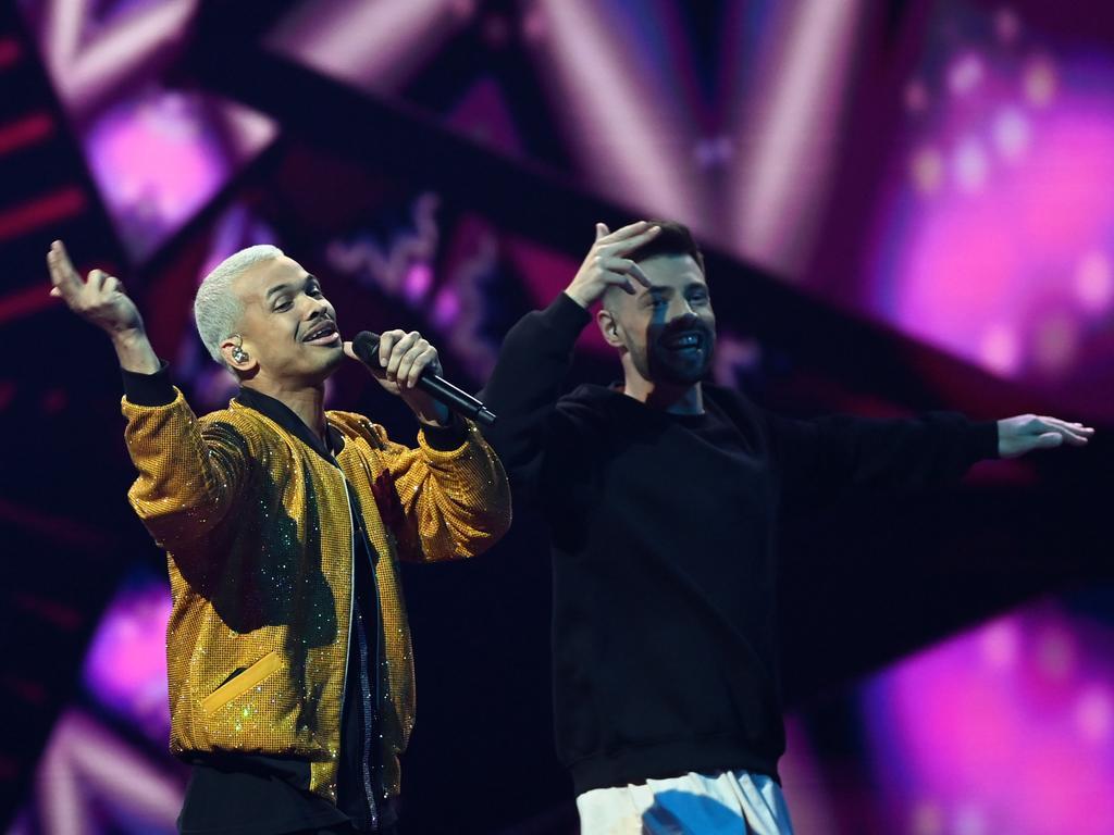 20.05.2021, Niederlande, Rotterdam: Der Sänger Benny Cristo (l, Tschechien) tritt mit dem Song