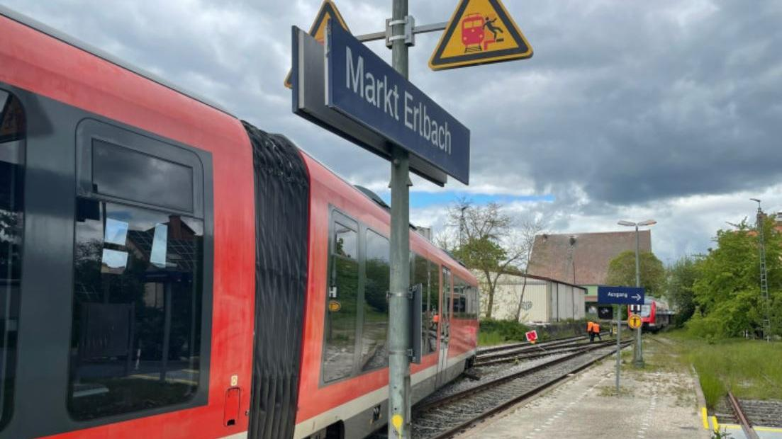Die Strecke zwischen Wilhermsdorf und Markt Erlbach ist für die Dauer des Einsatzes gesperrt.