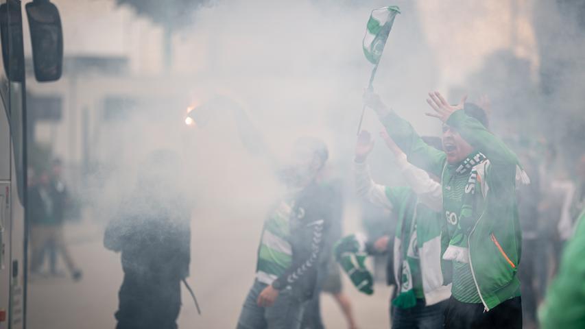 23.05.2021 --- Fussball --- Saison 2020 2021 --- 2. Fussball - Bundesliga --- 34. Spieltag: SpVgg Greuther Fürth ( Kleeblatt ) - Fortuna Düsseldorf F95 --- Foto: Sport-/Pressefoto Wolfgang Zink / ThHa --- DFL REGULATIONS PROHIBIT ANY USE OF PHOTOGRAPHS AS IMAGE SEQUENCES AND/OR QUASI-VIDEO ---   Impression bei Ankunft der Mannschaft am Stadion