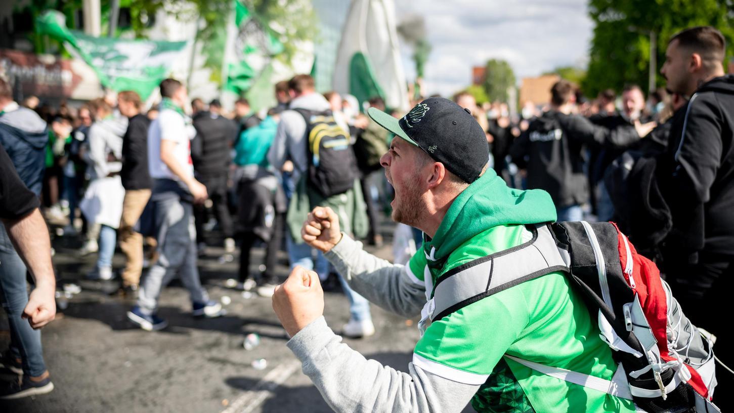 Das Kleeblatt steigt auf und die Fans vor dem Stadion jubeln.
