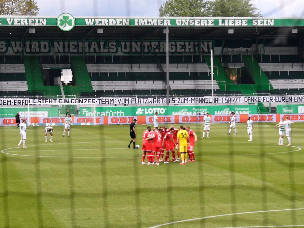 23.05.2021 --- Fussball --- Saison 2020 2021 --- 2. Fussball - Bundesliga --- 34. Spieltag: SpVgg Greuther Fürth ( Kleeblatt ) - Fortuna Düsseldorf F95 --- Foto: Sport-/Pressefoto Wolfgang Zink / WoZi --- DFL REGULATIONS PROHIBIT ANY USE OF PHOTOGRAPHS AS IMAGE SEQUENCES AND/OR QUASI-VIDEO ---   Spruchband Kleeblattfans