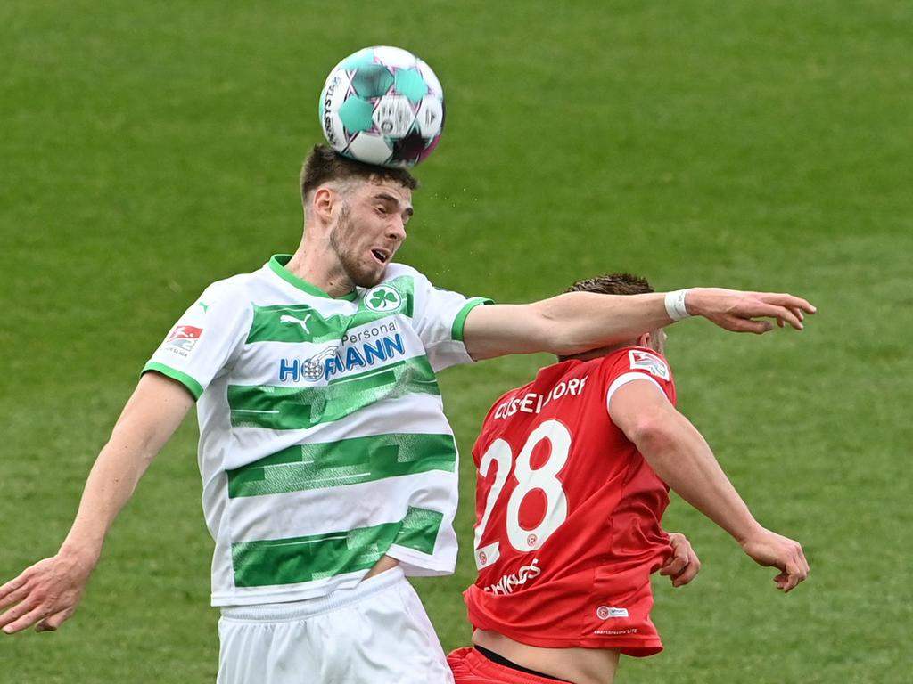 Fuerth's midfielder Anton Stach (L) and Duesseldorf's striker Rouwen Hennings (R) vie for the ball during the German second division Bundesliga football match between Greuther Fuerth and Fortuna Duesseldorf in Fuerth, southern Germany, on May 23, 2021. (Photo by Christof STACHE / AFP) / DFL REGULATIONS PROHIBIT ANY USE OF PHOTOGRAPHS AS IMAGE SEQUENCES AND/OR QUASI-VIDEO