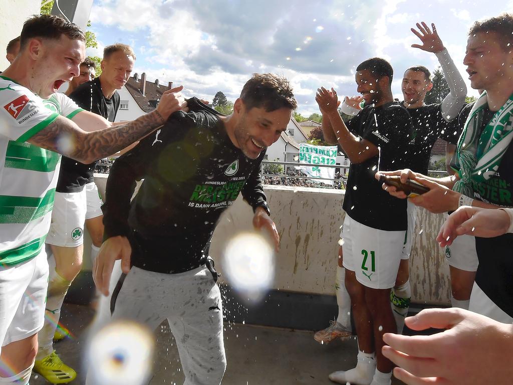 23.05.2021 --- Fussball --- Saison 2020 2021 --- 2. Fussball - Bundesliga --- 34. Spieltag: SpVgg Greuther Fürth ( Kleeblatt ) - Fortuna Düsseldorf F95 --- Foto: Sport-/Pressefoto Wolfgang Zink / WoZi --- DFL REGULATIONS PROHIBIT ANY USE OF PHOTOGRAPHS AS IMAGE SEQUENCES AND/OR QUASI-VIDEO --- Aufstieg Aufsteiger in die erste Bundesliga ---   David Raum (22, SpVgg Greuther Fürth ) Stefan Leitl (Trainer SpVgg Greuther Fürth ) Sebastian Ernst (15, SpVgg Greuther Fürth )