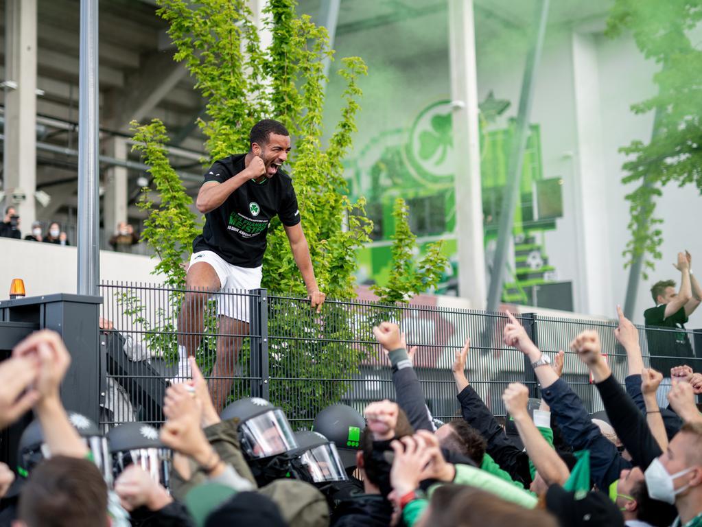 23.05.2021 --- Fussball --- Saison 2020 2021 --- 2. Fussball - Bundesliga --- 34. Spieltag: SpVgg Greuther Fürth ( Kleeblatt ) - Fortuna Düsseldorf F95 --- Foto: Sport-/Pressefoto Wolfgang Zink / ThHa --- DFL REGULATIONS PROHIBIT ANY USE OF PHOTOGRAPHS AS IMAGE SEQUENCES AND/OR QUASI-VIDEO ---   Jubel Freude Feier bei den Fans und Spielern am Zaun nach dem Sieg und dem Aufstieg - Timothy Tillman (21, SpVgg Greuther Fürth )