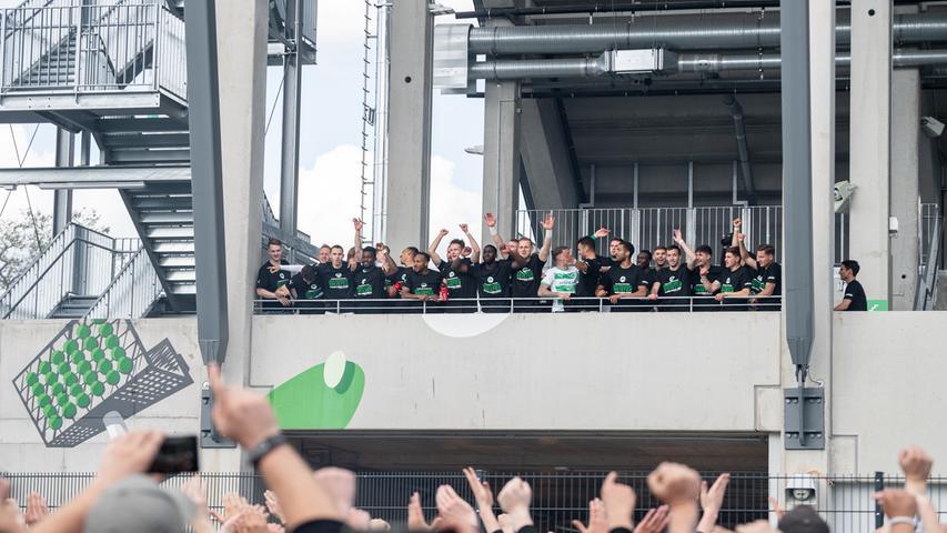 23.05.2021 --- Fussball --- Saison 2020 2021 --- 2. Fussball - Bundesliga --- 34. Spieltag: SpVgg Greuther Fürth ( Kleeblatt ) - Fortuna Düsseldorf F95 --- Foto: Sport-/Pressefoto Wolfgang Zink / ThHa --- DFL REGULATIONS PROHIBIT ANY USE OF PHOTOGRAPHS AS IMAGE SEQUENCES AND/OR QUASI-VIDEO ---   Jubel Freude Feier bei den Spielern und Fans nach dem Aufstieg