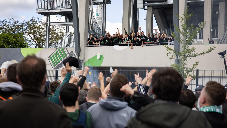 Nach dem Aufstieg feiern die Spieler - mit Abstand - mit den Fans.