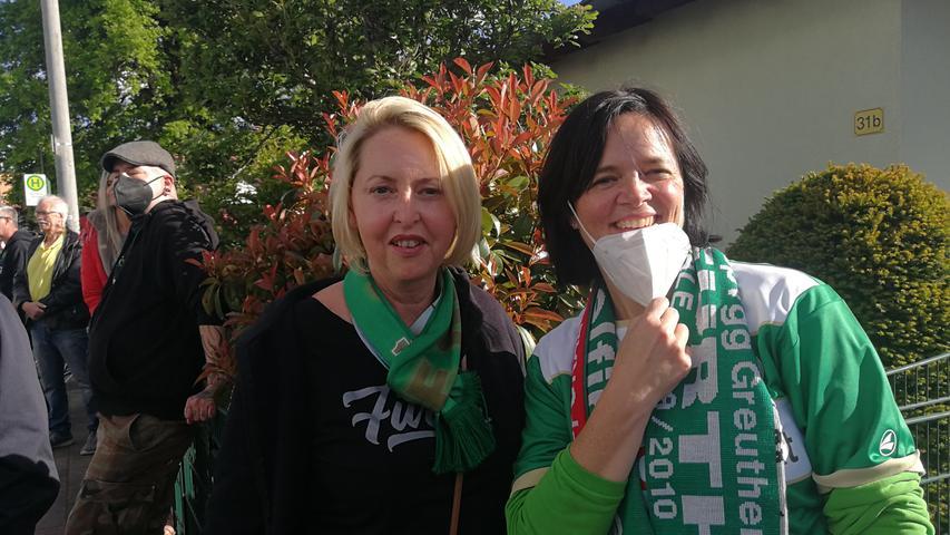 Die Dauerkartenbesitzerinnen Silvia Scharff (li) und Gabi Hartmannhaben das