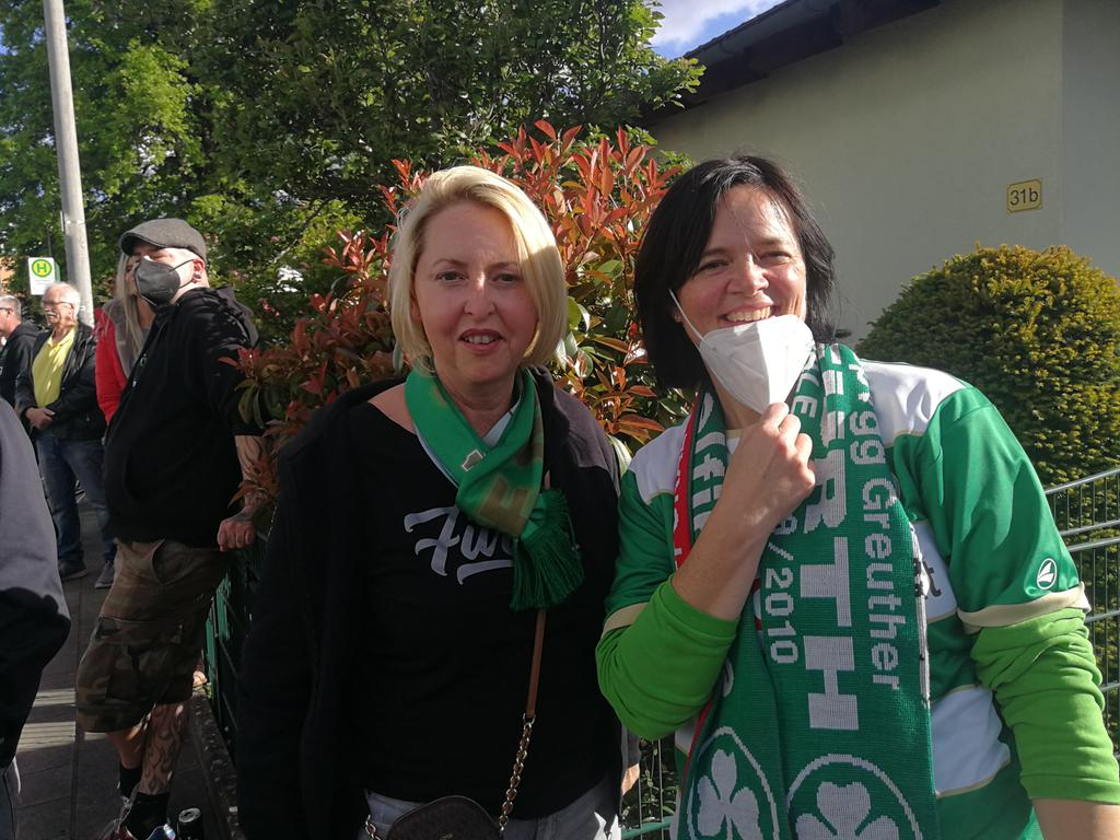 Aufstieg Kleeblatt Stimmen Fans Spielvereinigung Die beiden Dauerkarten-Besitzerinnen Silvia Scharff (52, links) und Gabi Hartmann (50).