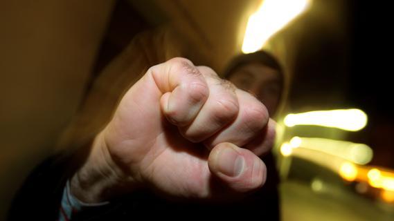 Vier Männer skandieren rechte Parolen: Paar geht dazwischen und wird attackiert