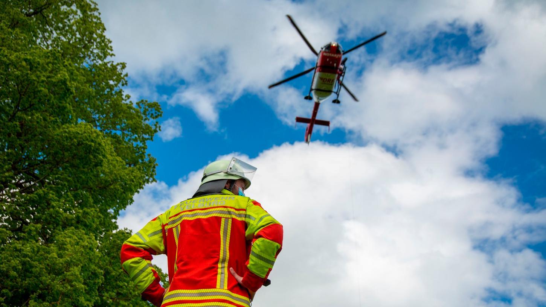 Die Rettung erfolgte aufgrund des unwegsamen Geländes mit einem Rettungshubschrauber.