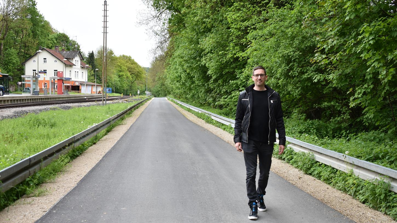 Nun gibt es einen neu ausgebauten und sichereren Radweg vom Bahnhof Gräfenberg nach Weißenohe. Gräfenbergs Bürgermeister Ralf Kunzmann freut sich darüber.