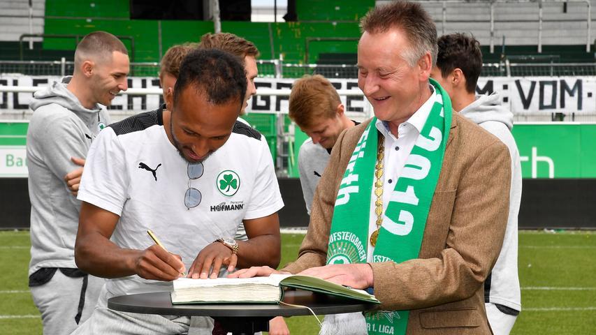 Zum Unterzeichnen hatte Julian Green für einen Moment die Sonnenbrille abgenommen.