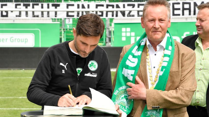 Nicht nur die Spieler haben sich in das Goldene Buch eintragen dürfen. Auch Trainer Stefan Leitl trug sich ein.