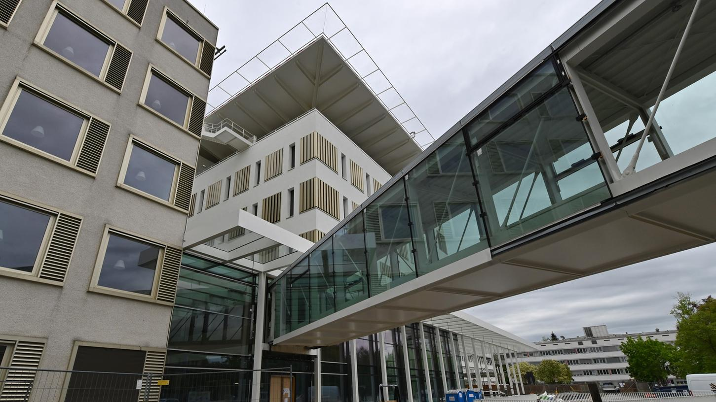 Das neue Bettenhaus mit dem Hubschrauberlandeplatz auf dem Dach. Foto: Klaus-Dieter Schreiter
