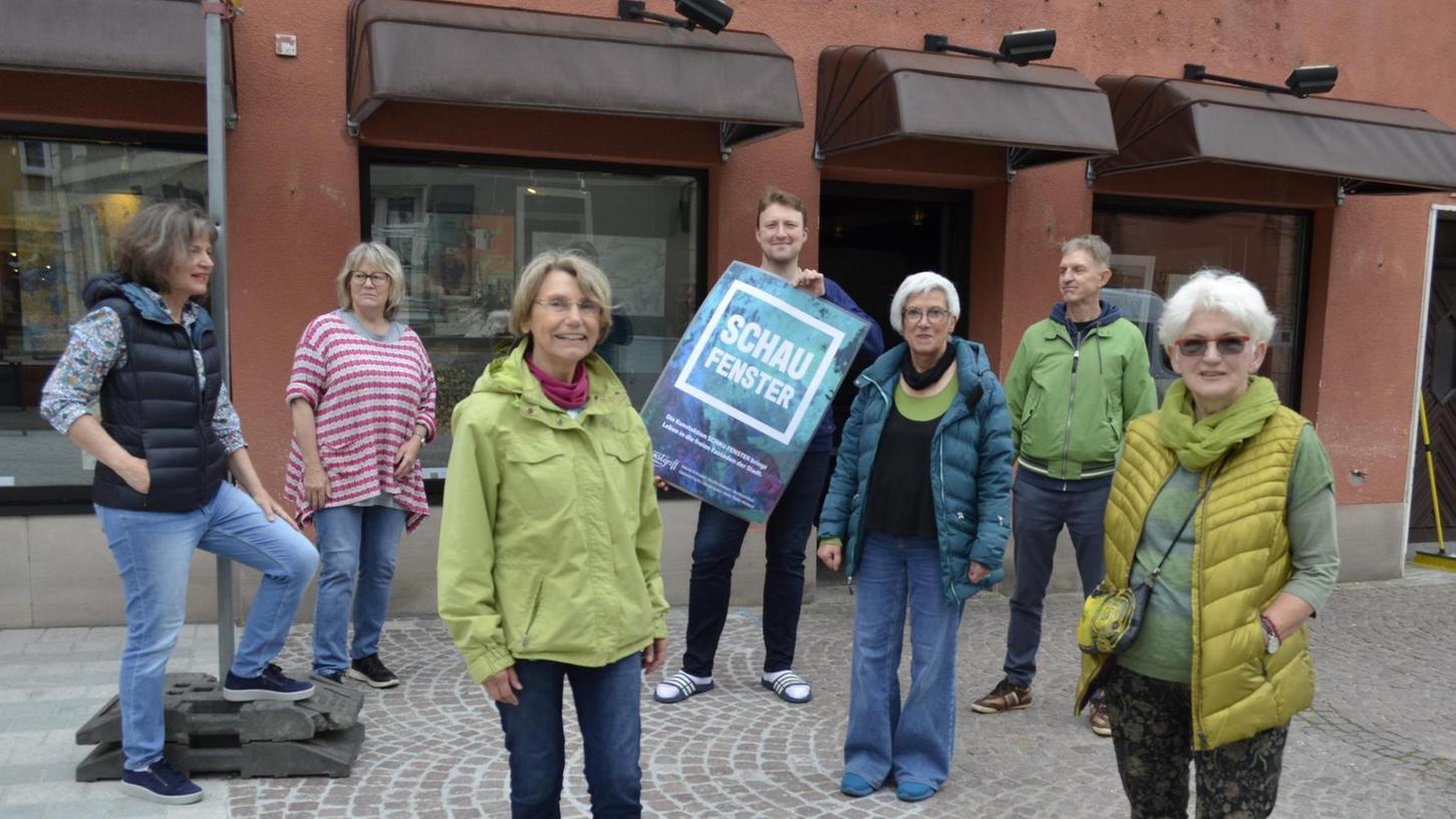 """Die Künstlergruppe """"Kunstgriff"""" hat Schaufenster der früheren Metzgerei Rühl als Galerie """"zweckentfremdet"""". Von links: Gabriele Fuchs, Kerstin Knappe, Hanne Schnabel , Metzgermeister Rühl, Ulrike Thaler-Wieland, Bernhard Rauth, Gerda Spatz."""