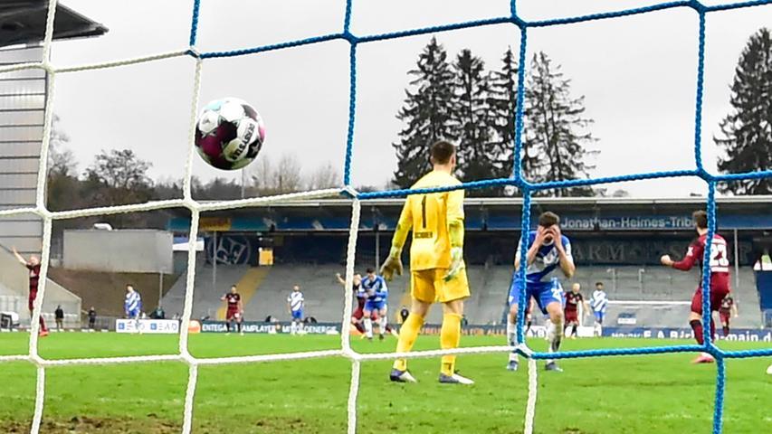 Sondern der Ex-Fürther Nicolai Rapp. In der Nachspielzeit schenkt der Darmstädter mit einer Kopfball-Bogenlampe über den eigenen Keeper dem FCN den dritten Auswärtssieg.
