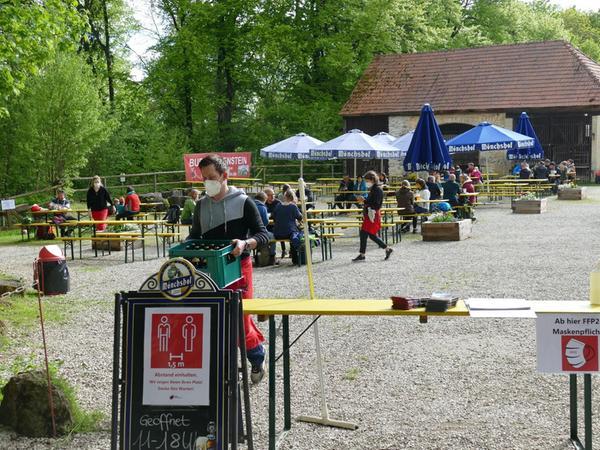 Der Biergarten auf Burg Rabenstein ist seit Christi Himmelfahrt wieder offen. Statt der sonst 50 Tische stehen dort derzeit nur noch 24 Garnituren, also nicht ganz die Hälfte.