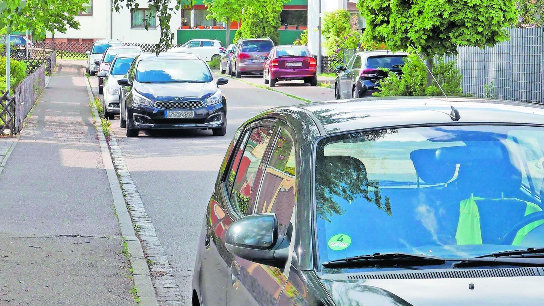 Auch in Oberasbach nimmt der Parkdruck in den Straßen zu. Das Problem verschärft sich, wenn ein einzelnes Haus auf einem größeren Grundstück abgerissen wird und dort dann ein Mehrfamilienhaus entsteht.