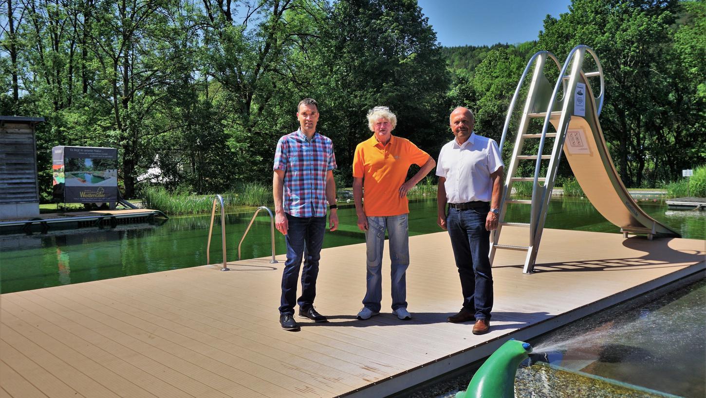 Bürgermeister Johann Lanzhammer, Bademeister Karl Heinz Magnus und Geschäftsleiter Jürgen Konrad (v.r.) freuen sich darauf, dass das Bad hoffentlich bald wieder öffnen darf.