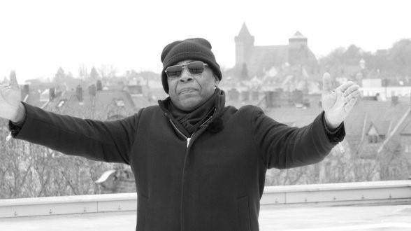 Der Sänger John Davis verstarb an dem Coronavirus. Das vermeldete seine Tochter via Facebook. Der Cadolzburg galt als