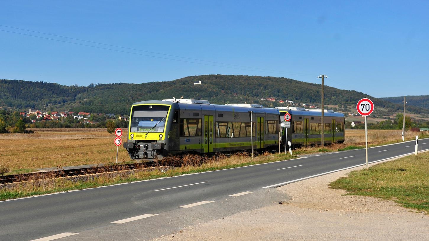 Die Wiesenttalbahn fährt zwischen Forchheim und Ebermannstadt.