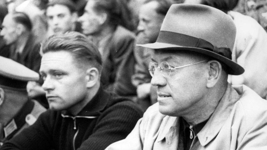 Der erste professionelle Spiele-Beobachter im nationalen Auftrag war Otto Nerz. Die Stellenbeschreibung lautete damals noch Reichstrainer. Als solcher wurde Nerz mit der Landesauwahl Dritter bei der WM 1934. Als es beim olympischen Turnier 1936 ein 0:2 gegen Norwegen setzte, musste der Hutträger seinen Hut nehmen. Unter den Zuschauern und wohl damit Indirekter-Kündigungsaussteller: Adolf Hitler.