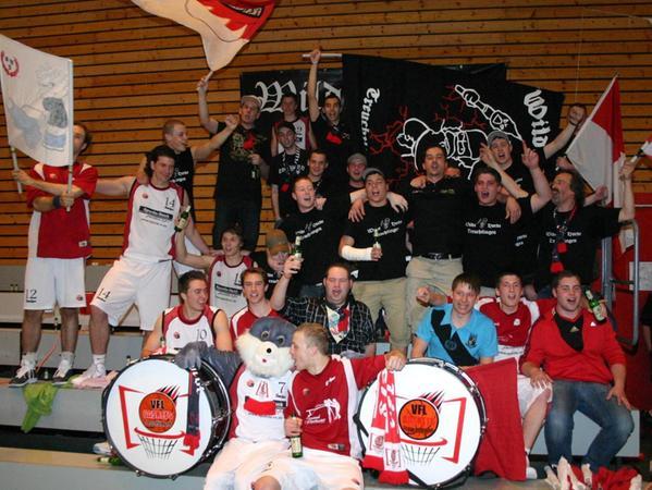 Mit Bier und Bunny: Zusammen mit dem VfL-Maskottchen bejubelten Spieler und Fans der Treuchtlinger im April 2011 den hauchdünnen Verbleib in der 1. Regio.