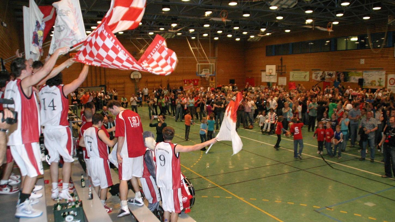 """Wenn aus der Senefelder-Halle die """"Hölle"""" wird: Die VfL-Baskets schickten ihre Fans beim ersten Klassenerhalt in der 1. Regionalliga Südost vor zehn Jahren zur Jubelfeier aufs Spielfeld."""