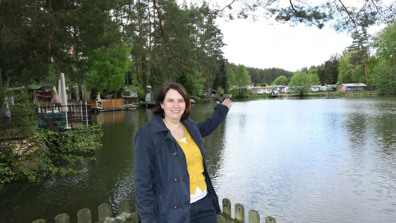 Die einladende Geste von Monika Müller scheint zu wirken – Camping Waldsee bei Wallesau kann sich vor Anfragen kaum retten.