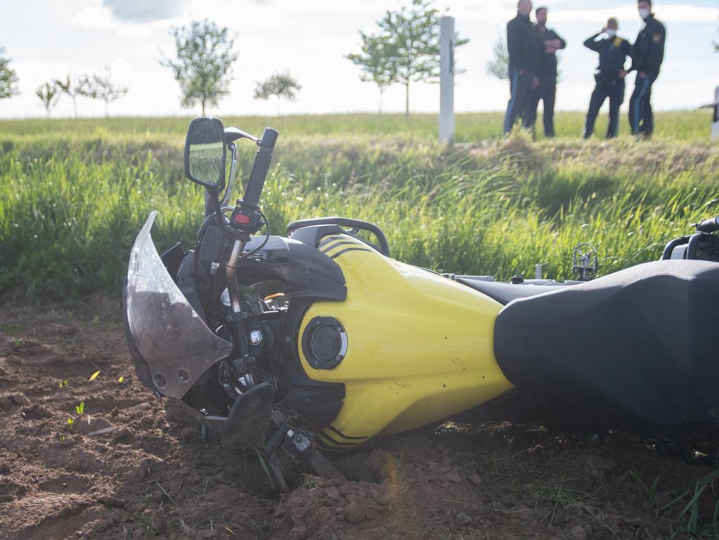 Tödlicher Verkehrsunfall am Dienstagabend (25.05.2021) auf der Staatsstraße2412 zwischen Petersaurach und Langenloh (Lkr. Ansbach). Ein 52-jähriger Motorradfahrer war auf der Staatsstraße von Lichtenau in Richtung Petersaurach unterwegs, als er aus bislang ungeklärter Ursache alleinbeteiligt von der Straße abkam. Der Motorradfahrer stürzte daraufhin.Der 52-Jährige wurde bei dem Unfall so schwer verletzt, dass für ihn jede Hilfe zu spät kam. Er verstarb noch an der Unfallstelle. Sein Sohn, der vor seinem Vater fuhr, erlebte den schrecklichen Unfall mit. Er wurde vor Ort Notfallseelsorgern betreut. Foto: NEWS5 / Bauernfeind Weitere Informationen... https://www.news5.de/news/news/read/20971