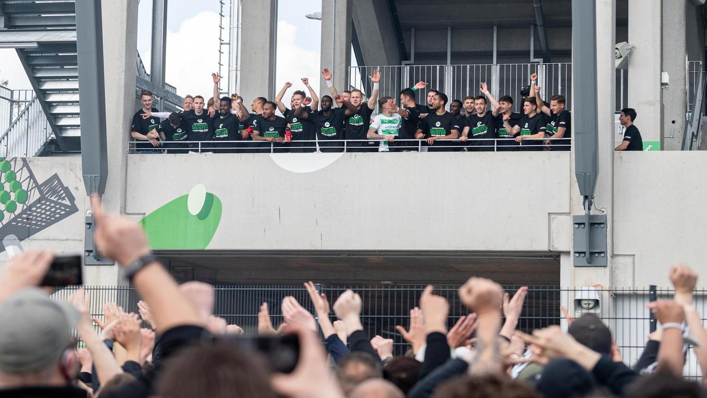 """Aufsteiger und """"Frankenmeister"""": Von der Ronhof-Balustrade aus feierten die SpVgg-Profis nach dem Saisonfinale am Sonntag mit den Fans."""