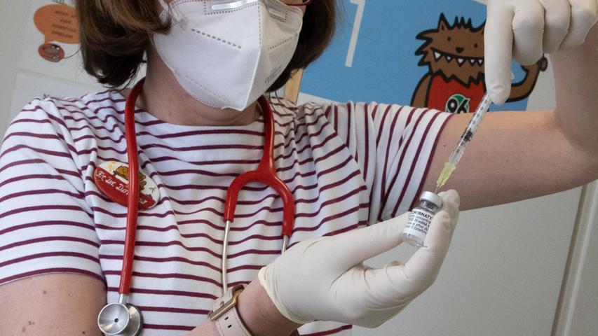 Die Europäische Arzneimittelbehörde EMA hat am Freitag grünes Licht für die EU-Zulassung des Biontech-Präparats für Kinder von 12 bis 15 Jahren gegeben. Die formale Zulassung durch die EU-Kommission steht aber noch aus, ebenso die Prüfung der Ständigen Impfkommission (Stiko), ob sie für Deutschland eine Impfung empfiehlt.Bundesbildungsministerin Anja Karliczek hat sich dafür ausgesprochen, dass in der Corona-Pandemie zumindest vorerkrankten Kindern bis zum Schuljahresbeginn ein Impfangebot unterbreitet wird.