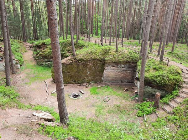 Auf der Heidenberg-Runde gibt es einiges zu entdecken. Manche Passagen sorgen auch für etwas Trail Feeling. Ein Abstecher in den alten Steinbruch nach dem Wanderparkplatz rentiert sich nicht nur für fortgeschrittene Läuferinnen und Läufer.