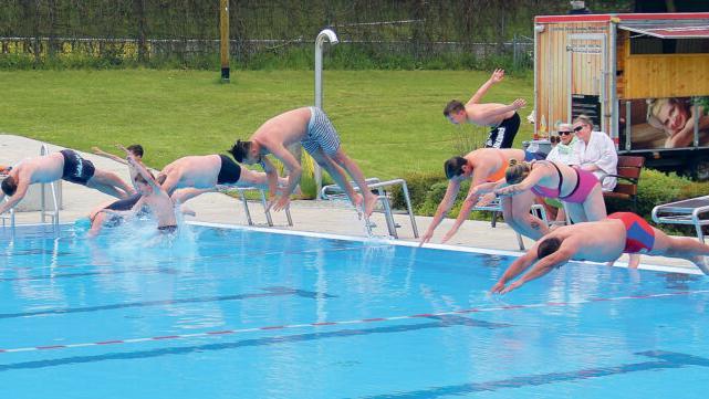 Egal wie kalt das Wasser ist, am Sonntag hatte es 15 Grad, das Anschwimmen in Schnaittach ist Pflicht. Ganz links Bürgermeister Frank Pitterlein und Kollegin Ilse Dölle aus Eckental (blaue Badekappe) beim beherzten Sprung in die Fluten.