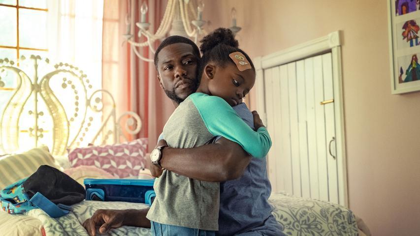 Fatherhood mit Kevin Hartals alleinerziehenden Vater in der Hauptrolle beruht auf einer wahren Begebenheit. Denn der Film verarbeitet die Erlebnisse des US-Amerikaners Matthew Logelin, der nur kurz nach der Geburt seiner TochtervomVater zumWitwer wurde. Das auf Logelins Buchgründende Drama läuft ab 18. Juni bei Netflix.