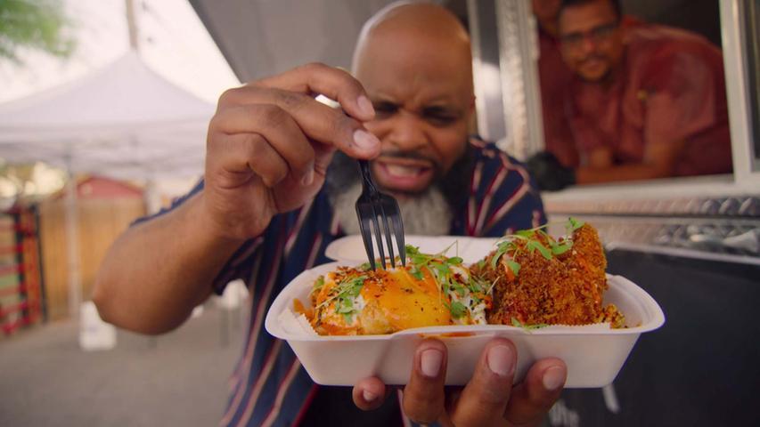 """Diese Doku-Serie macht Appetit.Daymon Scott """"Daym Drops"""" Patterson, ein in den USA bekannter Essenskritiker, reist einmal quer durchs Land und probiert sich durch alles, was ihm vor den Gaumen kommt. Fresh, Fried & Crispy nimmt die Zuschauer mit auf eine kulinarische Reise durch die Vereinigten Staaten. Die insgesamt acht Episoden des Formats sind ab 9. Juni verfügbar."""