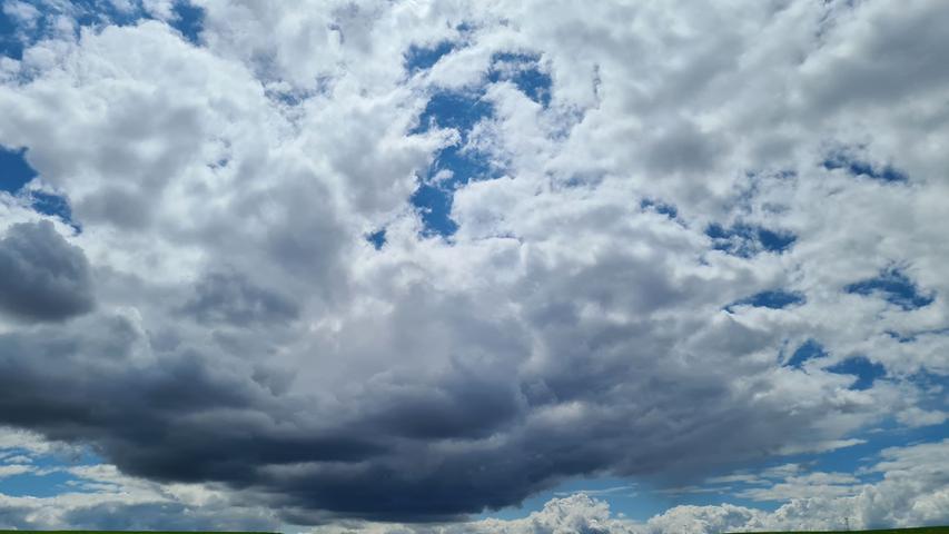 Als würden sie gleich den Boden berühren: Bei diesen Pfingst-Wolken im Landkreis Ansbach will man unwillkürlich den Kopf einziehen.