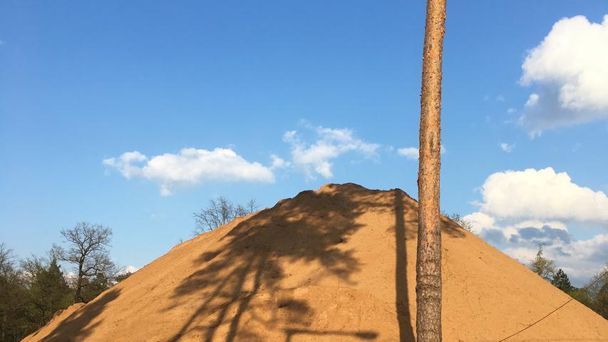Wie eine Pyramide ragt ein riesiger Sandhaufen in Eibach in die Höhe. Es ist der Aushub für den Bau eines Alten- und Pflegeheims.