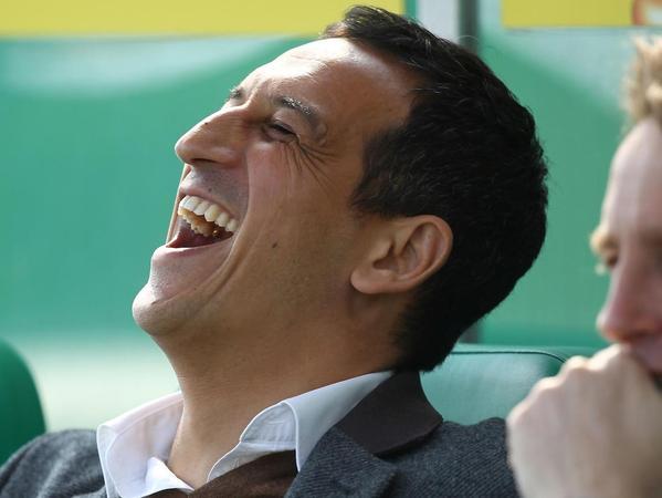 Geboren ist Rachid Azzouzi (50) in Marokko, aufgewachsen ist er im Rheinland. Seit 1989 ist der ehemalige Mittelfeldspieler im Fußball tätig, zunächst als Profi, dann als Funktionär beim Kleeblatt, auf Sankt Pauli und bei Fortuna Düsseldorf. Für die marokkanische Nationalmannschaft hatte er 37 Einsätze. 2012 ist er bereits mit der Spielvereinigung in die Bundesliga aufgestiegen (im Bild links).