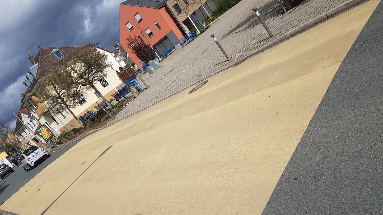 Die Zerzabelshofer Hauptstraße ist am Marktplatz gelb eingefärbt - und die Verkehrsteilnehmer sind irritiert.