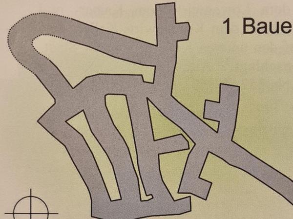 Im Lageplan von Reinhold Glas und im Gutachten von 2014 sind die Abzweigung (links oben) und der daran anschließende, gebogene Stollen (gepunktete Linien) abgebildet.