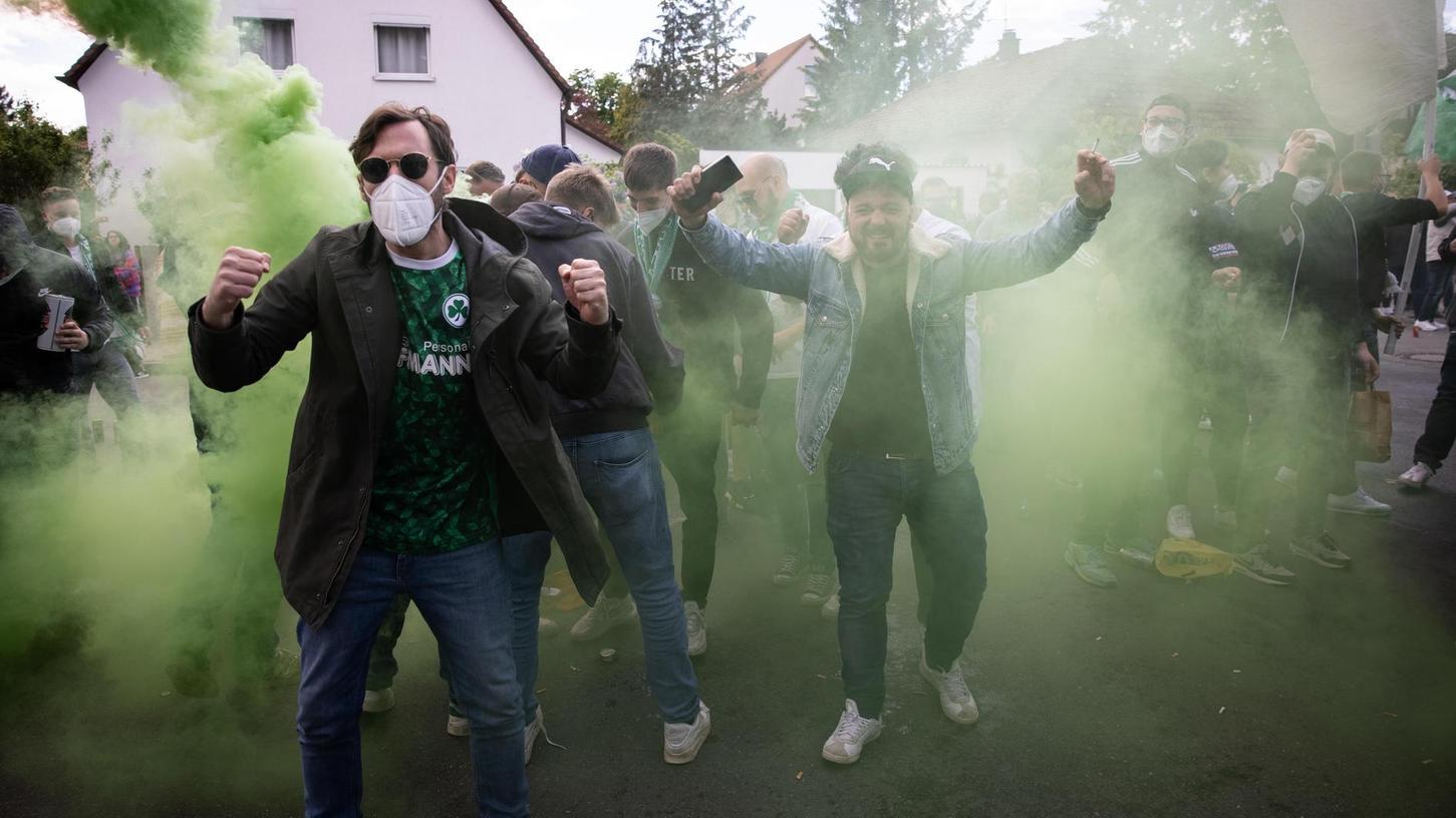 Viele der Fans vor dem Stadion trugen Masken. Das Verantwortungsgefühl nahm ab, als später euphorisiert und alkoholisiert in der Gustavstraße gefeiert wurde.