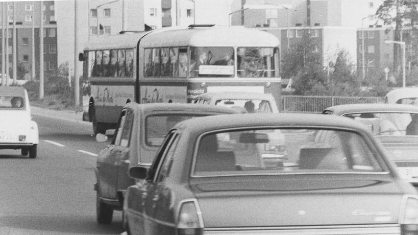Zu oft pochen Busfahrer, wie hier an der Münchener/Bauernfeindstraße, auf ihr Recht beim Einfädeln in den fließenden Verkehr und verursachen so oft gefährliche Situationen. Hier geht es zum Kalenderblatt vom 29. Mai 1971: Ende der Schonzeit für Autofahrer.